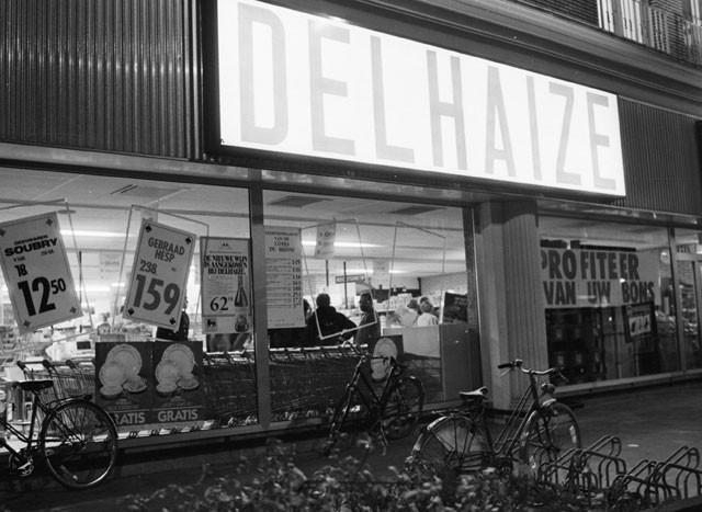De voorkant van het warenhuis vlak na de overval.