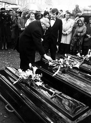 De begrafenis van Thérèse, Gilbert en Rebecca.