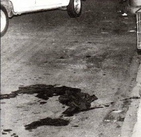 Het bloed van één van de slachtoffers op de parking van het warenhuis.