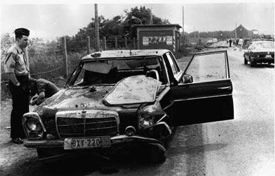 De gehavende wagen van de veiligheidsdienst na de aanslag.