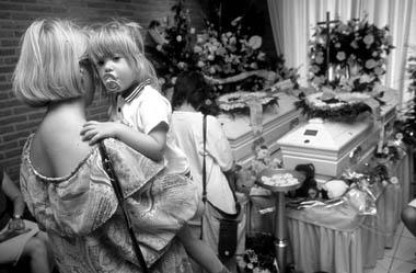 De begrafenis van Julie en Mélissa.
