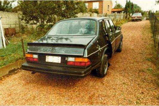 De Saab nadat hij door de politie werd gevonden.