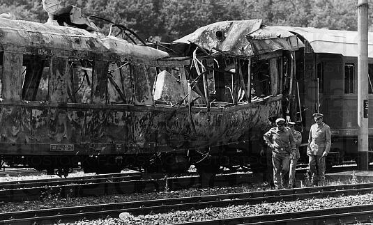 Een wagon na de bomaanslag op de trein Napels-Milaan in de tunnel van San Benedetto Val di Sambro.