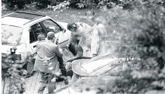 Het lichaam van André Cools wordt weggedragen na de moord.