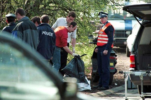 """De politie verzamelt lichaamsdelen die werden achtergelaten door de """"Slachter van Bergen""""."""