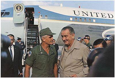 Generaal Westmoreland, naast Lyndon B. Johnson.